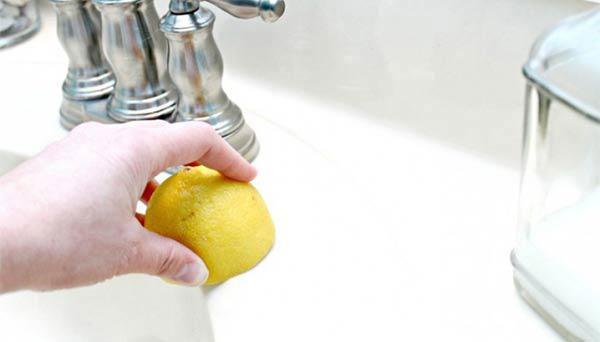 Những vết bẩn lưu lại lâu ngày này thường rất khó tẩy sạch, bạn nên dùng giấm và chanh để loại bỏ vết bẩn nhanh chóng.
