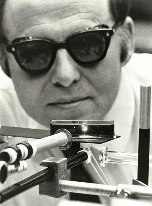Cụ Arthur Ashkin đang làm việc với tia laser trong Phòng thí nghiệm Bell năm 1970.