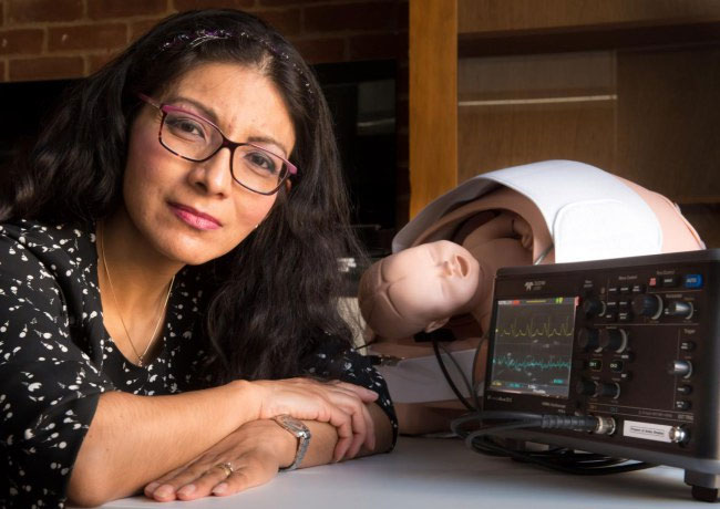 Giáo sư Rendon-Morales và thiết bị nghe nhịp tim tại nhà của mình.