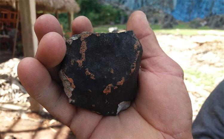 Mảnh thiên thạch rơi xuống đất.
