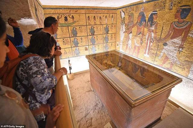 Các du khách tới thăm hầm mộ.