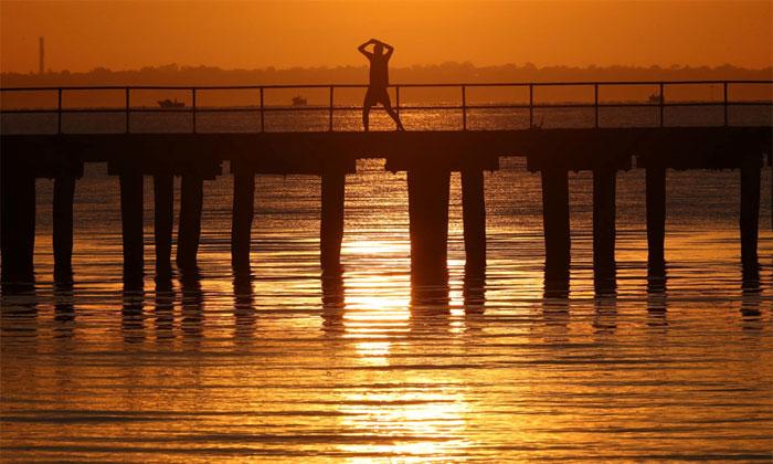 Trong ảnh, một người đàn ông tập thể dục tại cầu cảng Altona, Melbourne