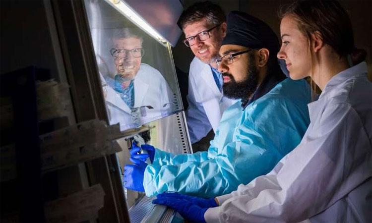 Giáo sư Mark Brockman (giữa) cùng các cộng sự đã tìm ra manh mối giúp chống lại virus HIV.