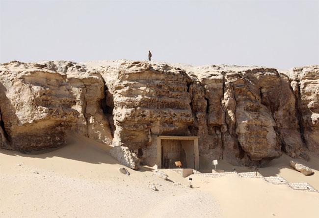 Bên ngoài lối vào khu khảo cổ Tuna El-Gebel ở Minya.