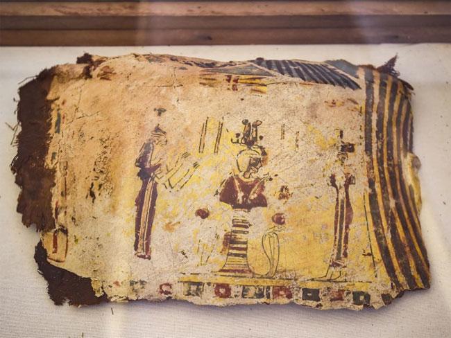Bên ngoài các mảnh quách cũng có những hình vẽ thể hiện đặc trưng.