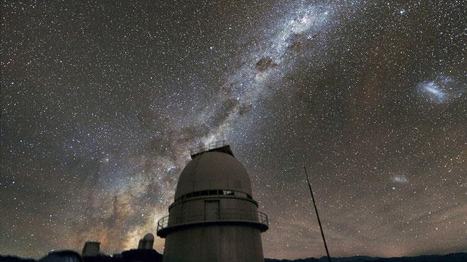 LMC và SMC nằm bên phải phần trung tâm của Dải Ngân hà.