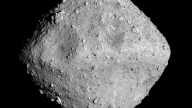 Tàu thăm dò Hayabusa2 sẽ đáp xuống bề mặt một thiên thạch có đường kính khoảng 1 km, gọi là Ryugu và hiện cách Trái Đất 300 triệu km, vào cuối tháng này. Ảnh: AFP.