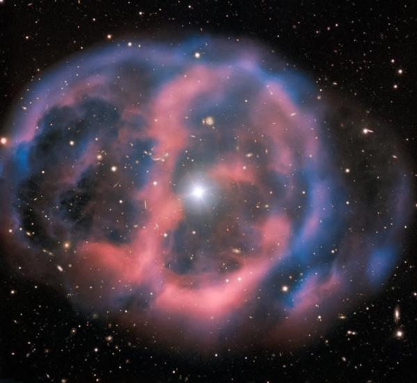 Ánh sáng mờ nhạt, phù du phát ra từ đám mây hành tinh ESO 577-24 chỉ tồn tại trong thời gian ngắn khoảng 10.000 năm, một cái nháy mắt về mặt thiên văn