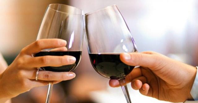 Rượu vang thật khi tiếp xúc với baking soda sẽ đổi màu