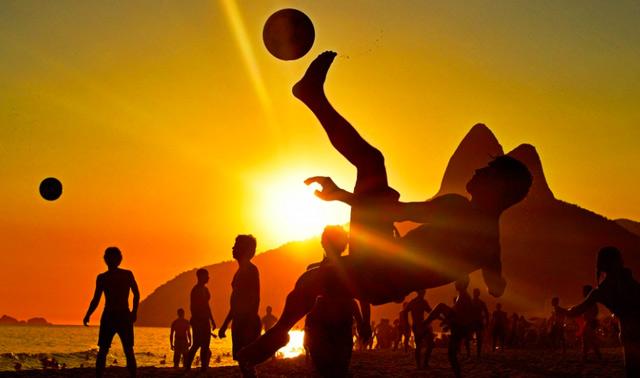 Người dân chơi bóng trên bãi biển ở Rio de Janeiro, Brazil