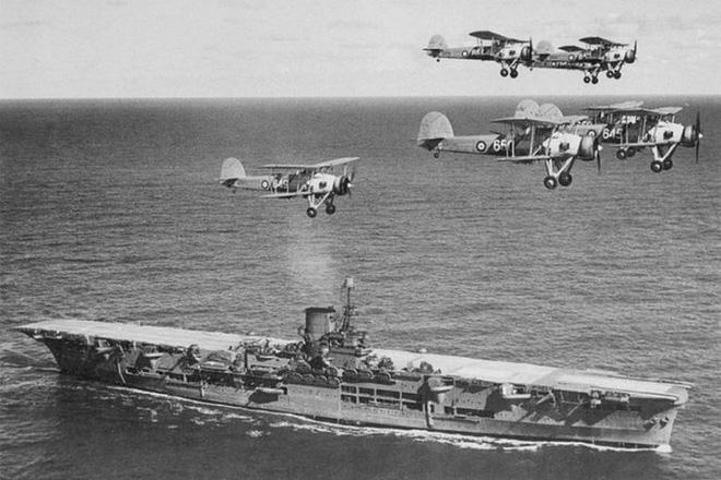 Tàu sân bay Ark Royal của Anh đang cho máy bay cất cánh vào năm 1939