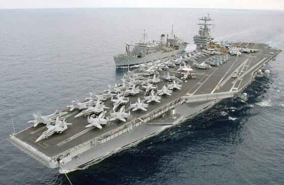 USS Harry Truman cùng với tàu bệnh viện USNS Spica (T-AFS-9)