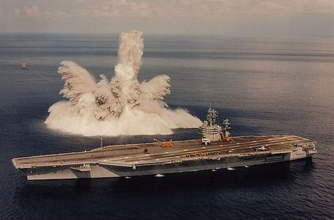 Tàu sân bay USS Theodore Roosevelt bên cạnh một vụ nổ thử nghiệm