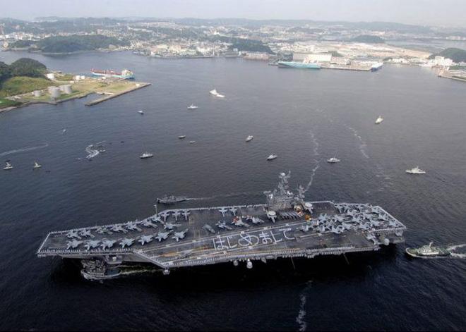 Tàu sân bay USS George Washington khi di chuyển đến vùng biển Yokosuka, Nhật Bản