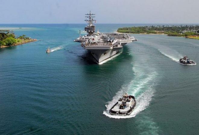 Thủy quân lục chiến Mỹ trên tàu sân bay USS Ronald Reagan (CVN 76) khi đi qua Trân Châu Cảng ở Hawaii vào ngày 28/6/2010