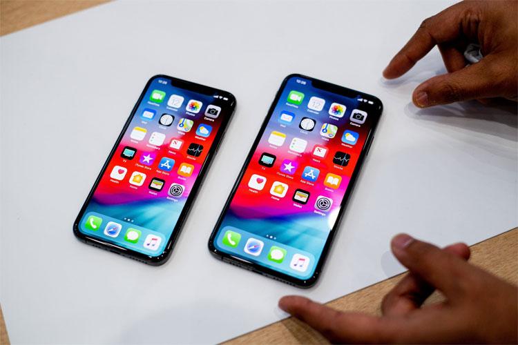 Điện thoại thông minh iPhone Xs Max (phải) và iPhone Xs của Apple.