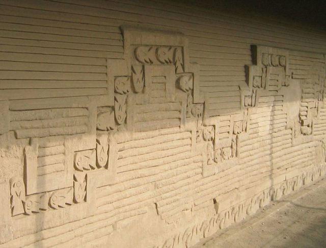 Các nét điêu khắc cầu kỳ miêu tả cánh đánh bắt cá trên bức tường tại thành phố Chan Chan