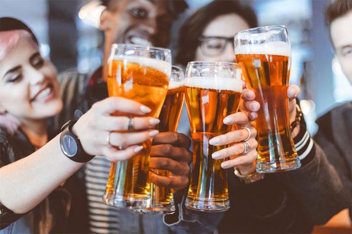 Ukraine cấm uống rượu ở nơi công cộng