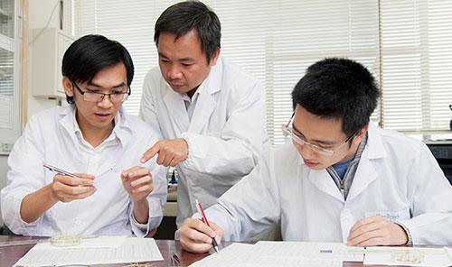 PGS Trần Đăng Xuân (giữa) và nghiên cứu viên tại phòng thí nghiệm.