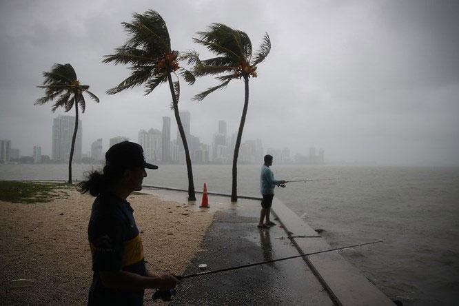 Cư dân Miami câu cá trong cơn bão nhiệt đới Gordon vào ngày 3 tháng 9.