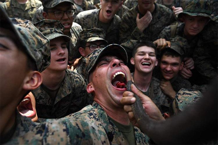 Các binh sĩ Mỹ uống máu rắn hổ mang