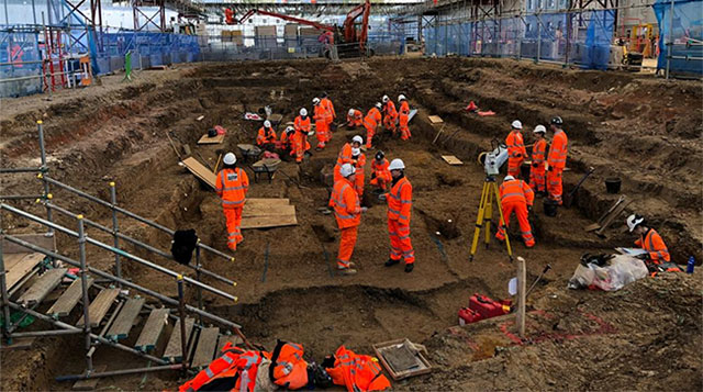 Rất nhiều nhà khảo cổ đang làm việc tại công trình