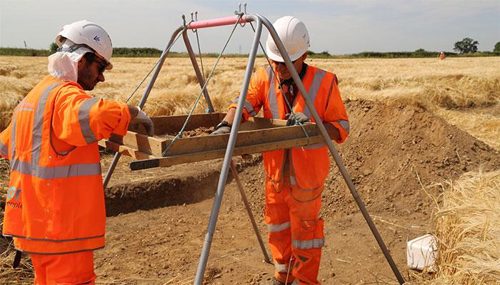 Hai nhà khảo cổ đang tỉ mẩn phân tích những thứ đào lên từ công trình HS2