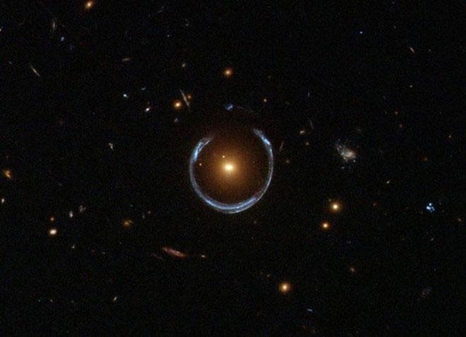Kính Hubble ghi nhận một thiên hà đỏ đang bẻ cong ánh sáng một thiên hà xanh ở xa hơn rất nhiều.