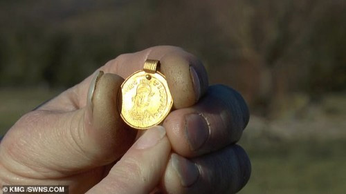 Người phụ nữ ngỡ ngàng khi nhặt được mặt dây chuyền 1.500 tuổi trên cánh đồng
