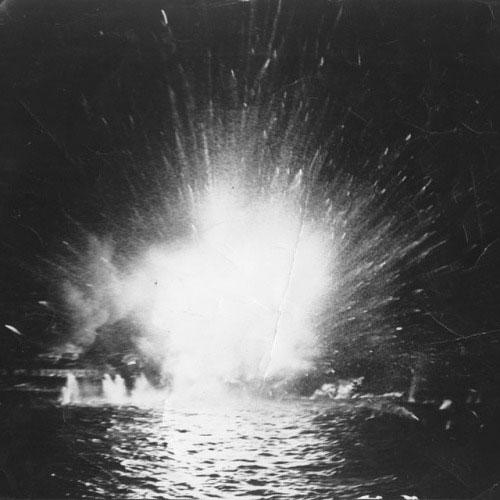 Con tàu nổ tung trước khi chìm dần xuống biển.