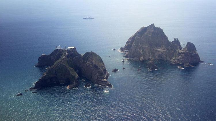 Quần đảo được Hàn Quốc gọi là Dokdo và Nhật Bản gọi là Takeshima.