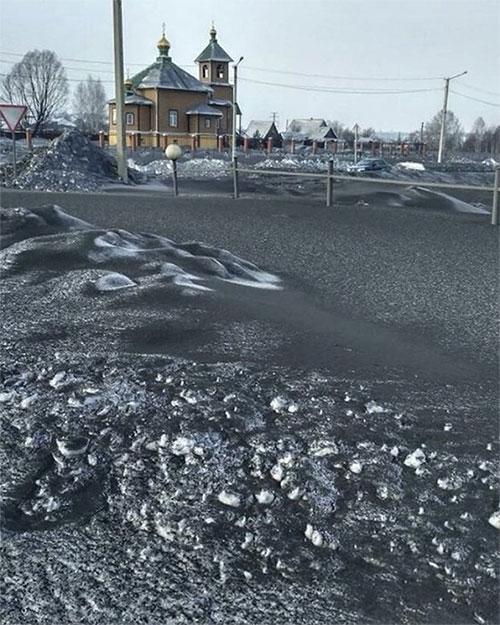 """""""Tuyết đen"""" phủ kín mặt đường."""