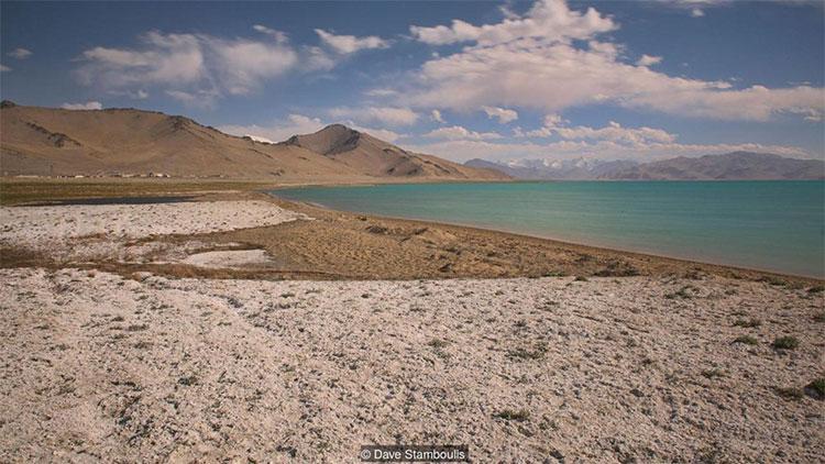 Hồ Karakul không có dòng chảy và là một trong những hồ nước mặn nhất châu Á.
