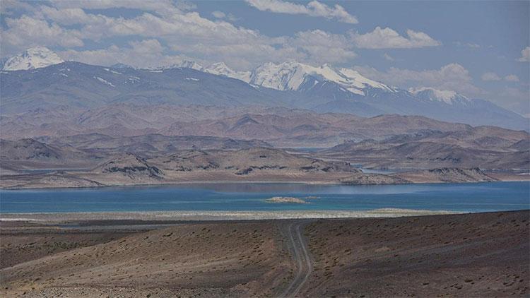 Hồ Karakul có diện tích khoảng 380km2 và sâu 230m