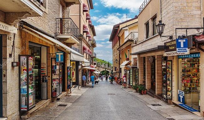 Du khách có thể mua sắm tại các cửa hiệu ở San Marino.