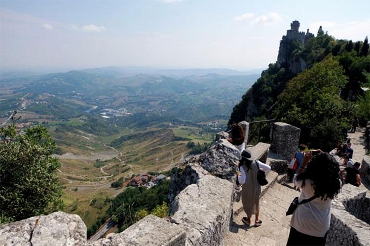 Con đường bằng đá leo lên đỉnh núi tại San Marino.