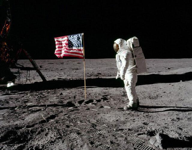 Phi hành gia của NASA đặt chân lên Mặt trăng.