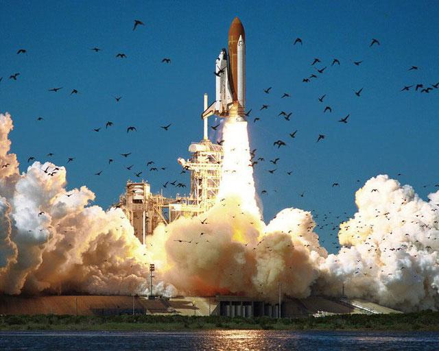 Một tàu con thoi của NASA được phóng vào vũ trụ.