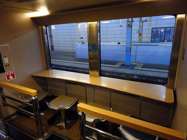 Trên tàu Sunrise còn có phòng ăn ngăn nắp, máy bán hàng tự động, khu hút thuốc,...