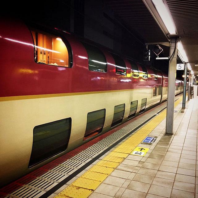 """Đó là đoàn tàu Sunrise Seto chạy về Takamatsu, và """"chị em song sinh"""" của nó - Sunrise Izumo chạy về phía Izumoshi."""