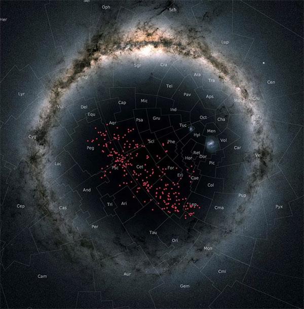 Hình ảnh lập thể nơi dải sáng của thiên hà Milky Way bị uốn thành hình tròn, những chấm đỏ ở giữa chính là dòng sông sao rộng lớn
