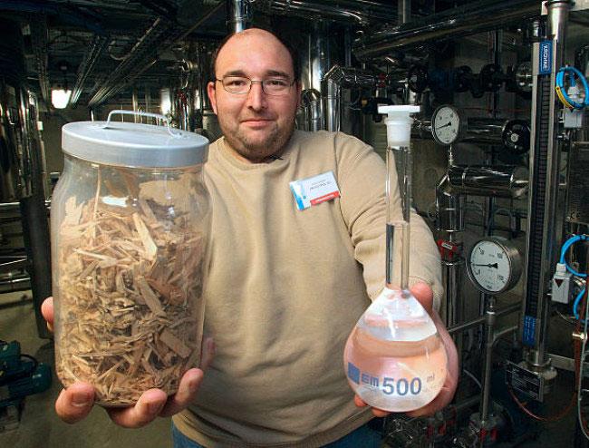 Nhà hóa học và bình ethanol mới sản xuất được