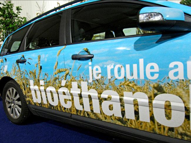 Một chiếc xe tại Pháp với dòng chữ bên hông: Tôi chạy xe bằng ethanol sinh học.