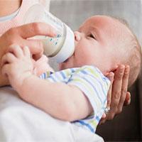 Vì sao trẻ bú bình có nhiều khả năng thuận tay trái?