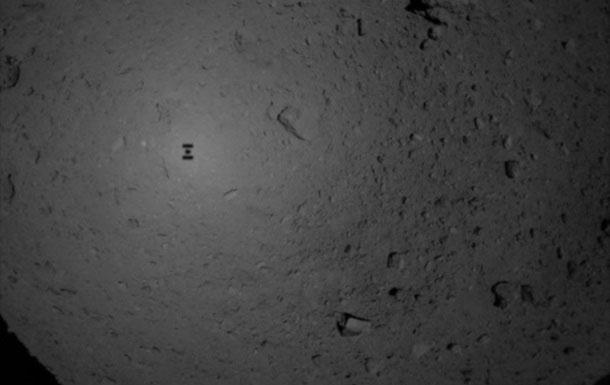 Bóng của tàu Hayabusa 2 trong quá trình chạm xuống bề mặt tiểu hành tinh Ryugu.