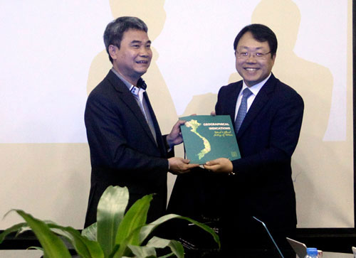 Cục trưởng Đinh Hữu Phí (bìa trái) và chuyên gia KIPA