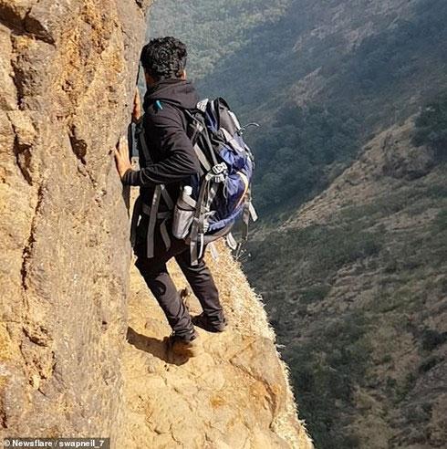 Khalid Mulla đi bộ trên đường mòn tại vách núi cao 1.200 mét, Ấn Độ.