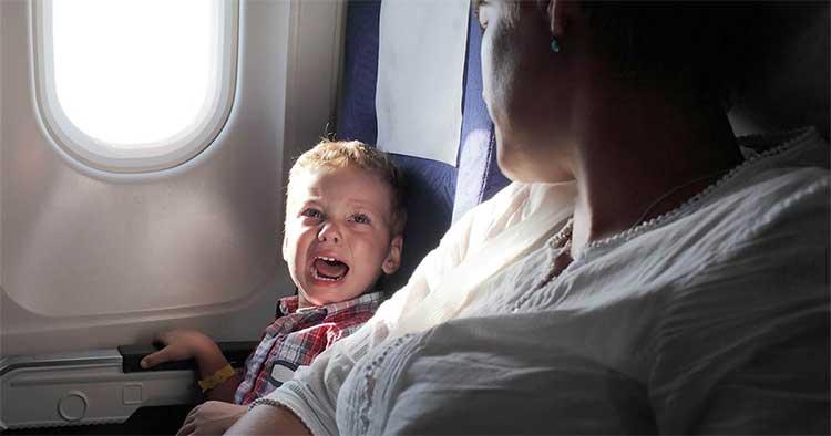Có nhiều lý do khiến em bé khóc trên máy bay, như cảm giác khó chịu, kiệt sức, đói, cô đơn...