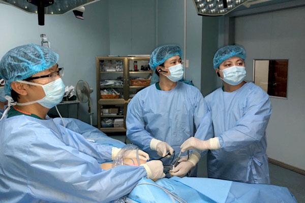 BS Hiệp cùng ekip thực hiện phẫu thuật cho bệnh nhân.