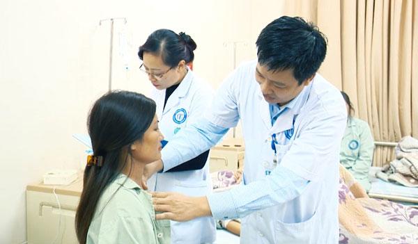 BS Hiệp thăm khám lại cho bệnh nhân.